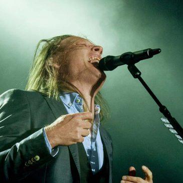 Hogyan mikrofonozzuk az éneket színpadon kézi mikrofonnal